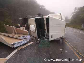 Impresionante vuelco de camión en la Cuesta del Totoral - Nueva Rioja