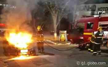 Carro pega fogo na avenida Machado de Assis, em Alfenas, MG - G1