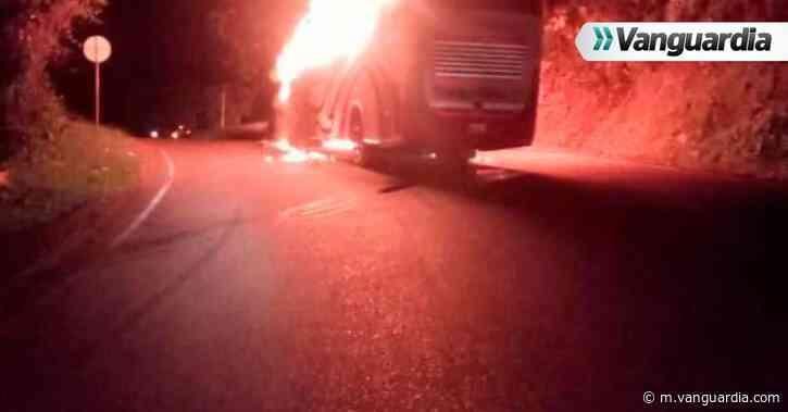 Eln quemó ocho vehículos en troncal a la Costa, en Puerto Valdivia, Antioquia - Vanguardia