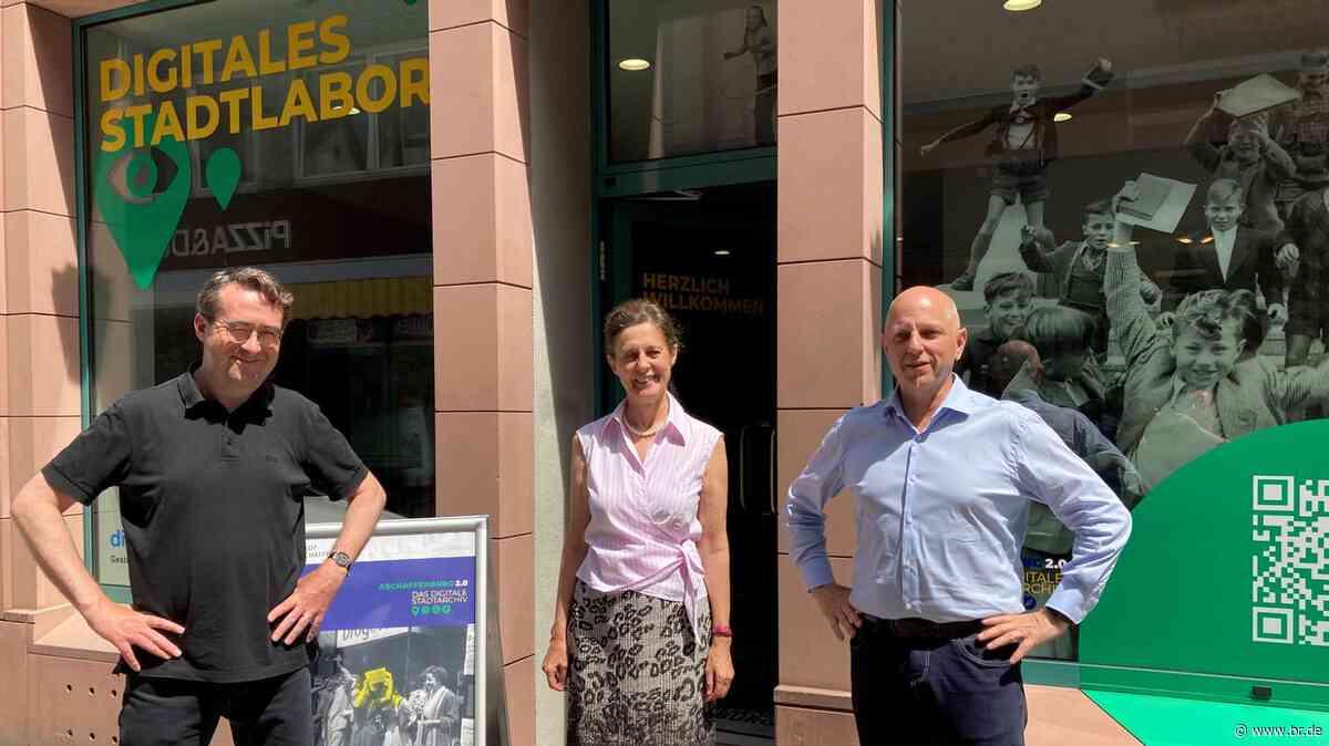 Stadtgeschichte über die Theke im Digitalladen Aschaffenburg - BR24