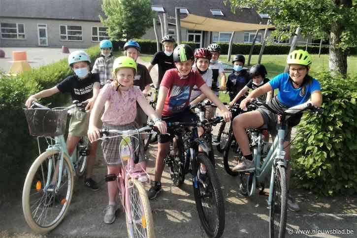 Vrijwilligers en politie steken handje toe bij fietsexamen van zesdejaarsleerlingen