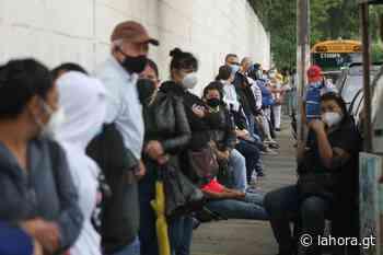 Guatemaltecos acuden a centro de vacunación en zona 6 con la esperanza de ser inmunizados - La Hora