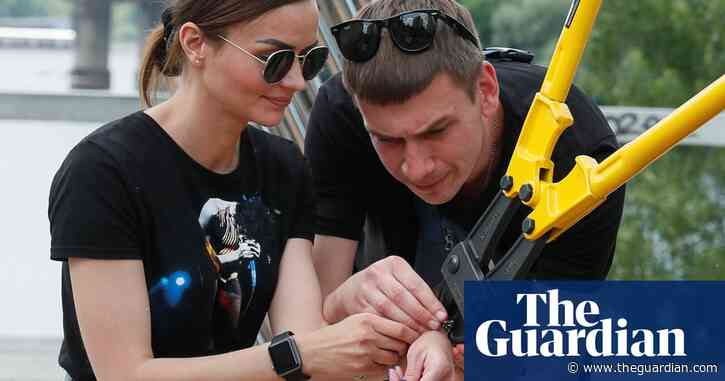 Ukrainian couple break up after being handcuffed together for 123 days – video report