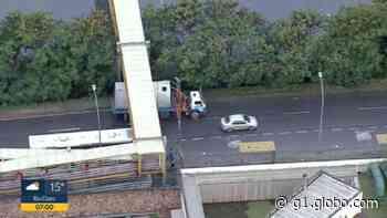 Caminhão entala sob passarela na Barra da Tijuca - G1