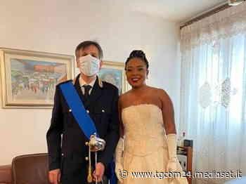 Foggia, sposa accompagnata all'altare dal poliziotto che l'aiutò 23 anni fa - TGCOM