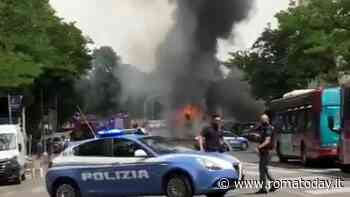 Incendio in via Portuense, autobus Atac avvolto dalle fiamme: nube nera invade il quartiere