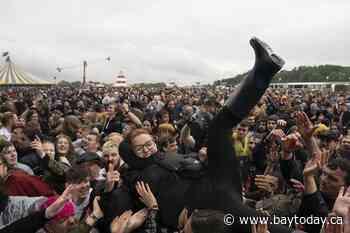 Metal fans mosh at 1st UK live music festival since pandemic