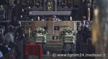 Bolzano, i funerali dei coniugi Neumair: lo straziante addio della figlia Madé   Benno assente, ha visitato la camera mortuaria - TGCOM
