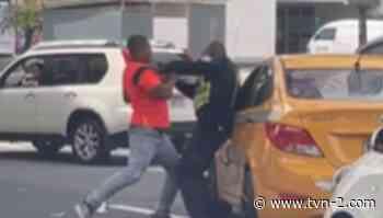 Conducen a sub estación de San Francisco a individuo que agredió a agente de la Policía Nacional - TVN Noticias