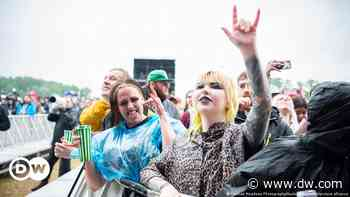 Coronavirus digest: UK rocks out at first festival since start of pandemic - Deutsche Welle