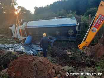 Caminhão carregado de óleo diesel tomba na ERS-324 em Passo Fundo - Rádio Studio 87.7 FM | Studio TV | Veranópolis