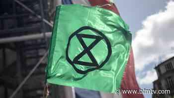 Paris: action du groupe écologiste Extinction Rebellion près de la Tour Eiffel - BFMTV