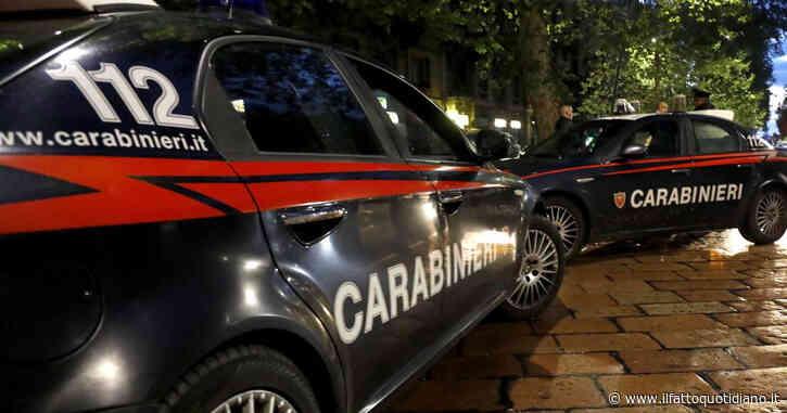 Milano, femminicidio ad Arese: un uomo accoltella la moglie e poi si barrica in bagno
