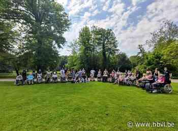 Vierdejaars Sint-Martinusscholen organiseren een beleefwandeling voor bewoners WZC De Bleuk - Het Belang van Limburg