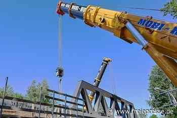Chemnitzer Modell: Tonnenschwere Brücke für Strecke nach Aue montiert - Freie Presse