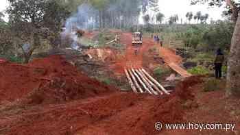 Ante desidia del Gobierno, vecinos construyen puente provisorio en Tacuatí - Hoy