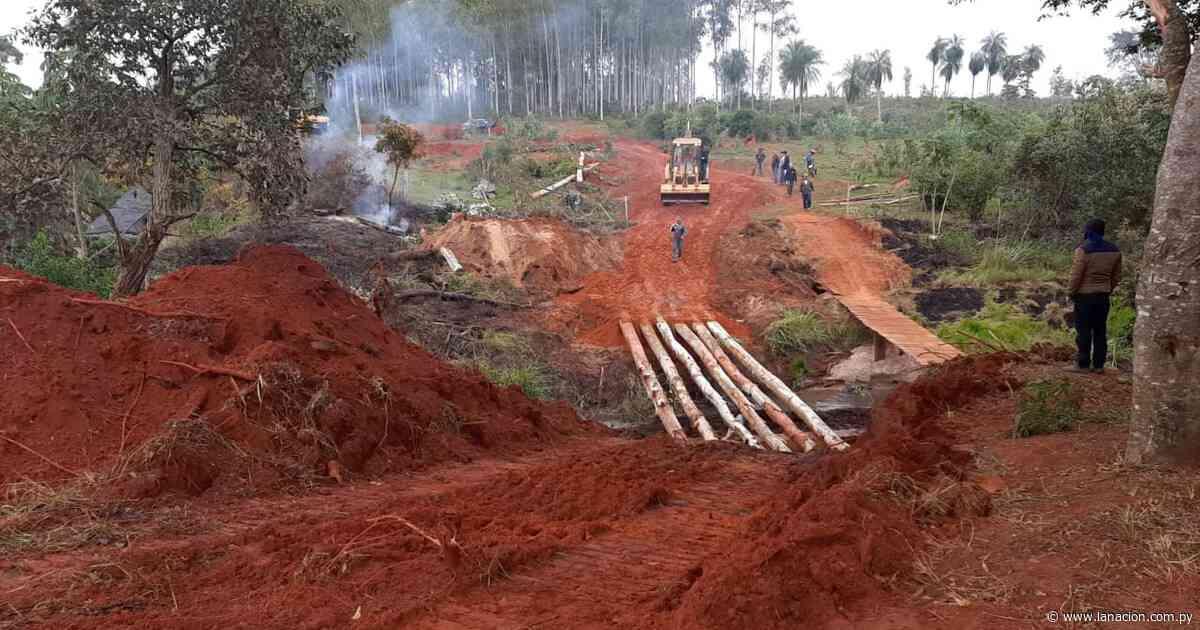 Pobladores construyen precario puente en Tacuatí ante ausencia del MOPC - La Nación