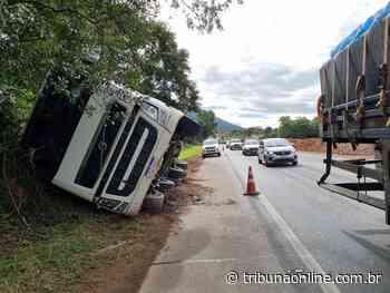 """Rodas soltam e motorista """"equilibra"""" caminhão para evitar tragédia em Guarapari - Tribuna Online"""