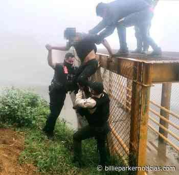 Policías rescatan a joven suicida en Xalapa - Billie Parker Noticias
