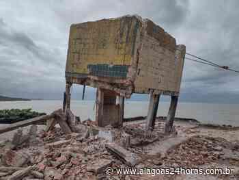 Caixa d'água corre risco de cair e é demolida em Maragogi - Alagoas 24 Horas
