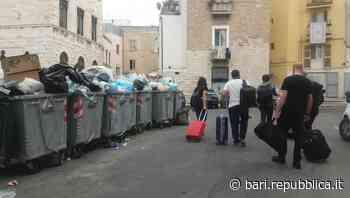 """Bari, nella città vecchia arrivano i turisti tra rifiuti abbandonati e bidoni stracolmi: """"È indecoroso"""" - La Repubblica"""
