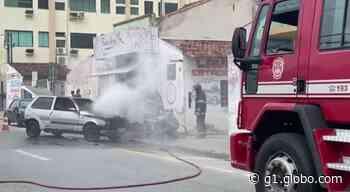 Carro pega fogo no Centro de Pindamonhangaba - G1