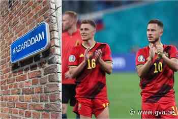 """Deze straat met toepasselijke naam is klaar voor de volgende match van de Rode Duivels: """"Maar onze straat was er wel al lang voor de broertjes Hazard, hoor"""" - Gazet van Antwerpen"""