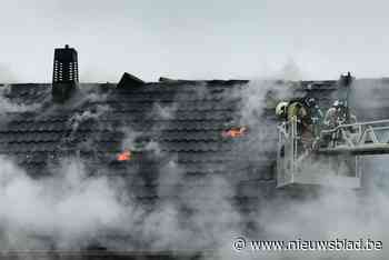 Zware dakbrand vernielt woning in Diksmuide tijdens renovati... - Het Nieuwsblad
