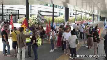 Ancora striscioni e slogan contro Toscana Aeroporti - Il Tirreno