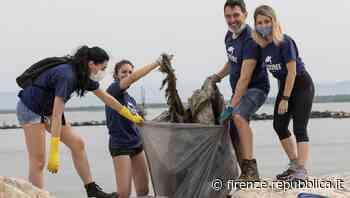 Marina di Pisa, continua la raccolta della plastica in mare di Unicoop Firenze - La Repubblica Firenze.it