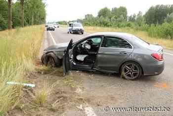 Bestuurder zwaargewond na ongeval en klap tegen boom<BR />