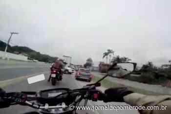 VÍDEO - 10° BPM prende criminosos em veículo furtado, na BR-470 - Jornal de Pomerode