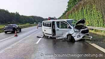 Unfall auf der A2 bei Helmstedt – Kleinbus rammt Leitplanke