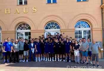 Schwerin: Oberbürgermeister empfängt U17-Handball-Nationalmannschaften - Schwerin-Lokal