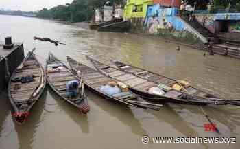 Kolkata: The boatmen are worshiping the boat at the Ganges ghat during the Goddess Manasha Puja festival at River Ganga in Kolkata. #Gallery - Social News XYZ