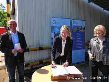 Albbruck: Die Umweltministerin des Landes Baden-Württemberg, Thekla Walker, steht nun im Goldenen Buch der Gemeinde Albbruck - SÜDKURIER Online