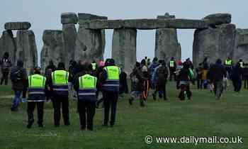 Druids DEFY Covid ban at Stonehenge: Guards move on thousands at Neolithic site on summer solstice