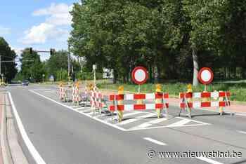 Postelsesteenweg richting Postel afgesloten door zinkgat (Mol) - Het Nieuwsblad