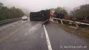 Un camión volcó cuando bajaba por la Cuesta de El Totoral - La Crítica