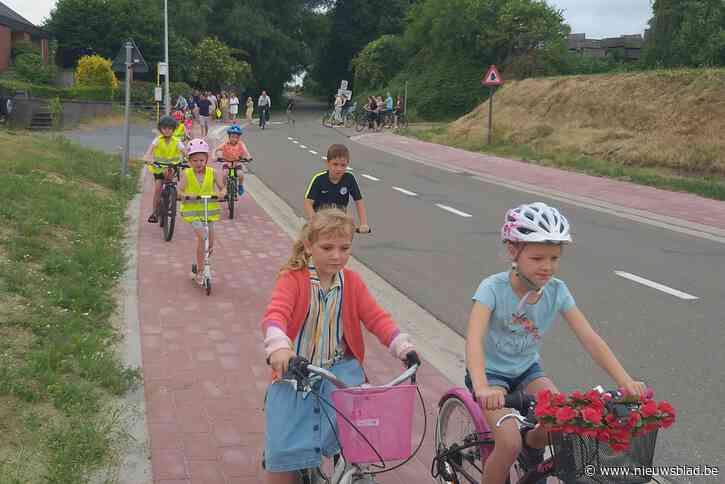 Kinderen mogen nieuw fietspad langs de Opcosenstraat uittesten