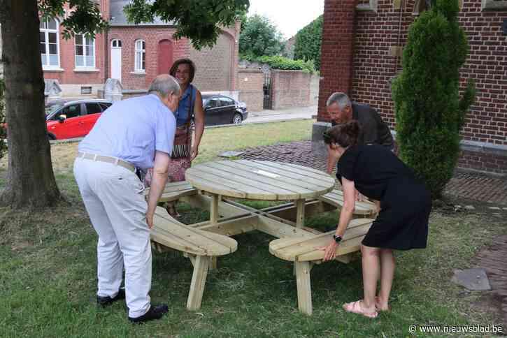 Dorpsraad Lauw plaatst picknicktafel in voortuin van basisschool