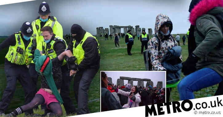 Police remove people from Stonehenge as crowds gather to watch summer solstice
