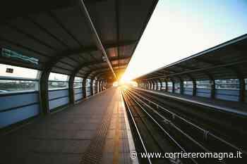 Rimini, cerca di gettarsi sotto al treno: donna salvata da due poliziotti - Corriere Romagna