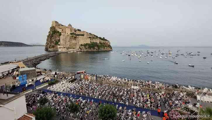 Ischia, in mille per il nuovo vescovo Gennaro Pascarella - La Repubblica