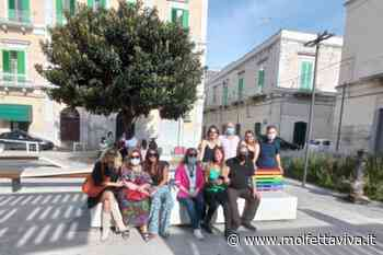 Molfetta contro la discriminazione. Inaugurata la panchina arcobaleno in Piazza Principe di Napoli - MolfettaViva