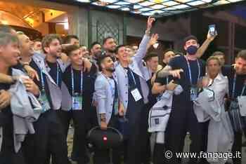 La festa dell'Italia con i tifosi: Insigne porta la cassa e fa partire una canzone - Sport Fanpage