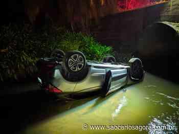 Carro roubado durante assalto em residência em Descalvado é encontrado dentro de córrego em São Carlos - São Carlos Agora
