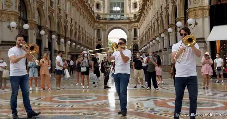 Milano, i Coldplay risuonano in galleria Vittorio Emanuele: ecco il flashmob del Quartetto di Brescia per la Festa europea della Musica – Video