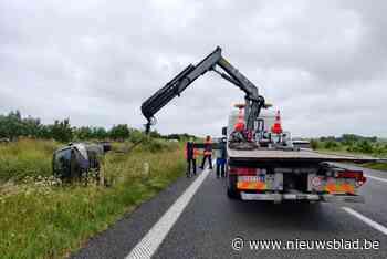 Auto belandt op middenberm E40 en kantelt, twee mensen raken gewond