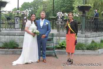 Pieter en Steffi zijn eerste om te trouwen in Leopoldpark na aanpassing huwelijksreglement - Het Nieuwsblad